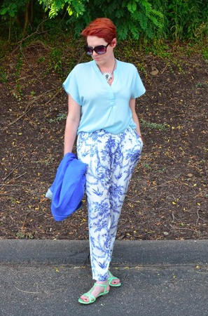 Patterned pants and a solid top is always a good call— especially with such great colors involved!